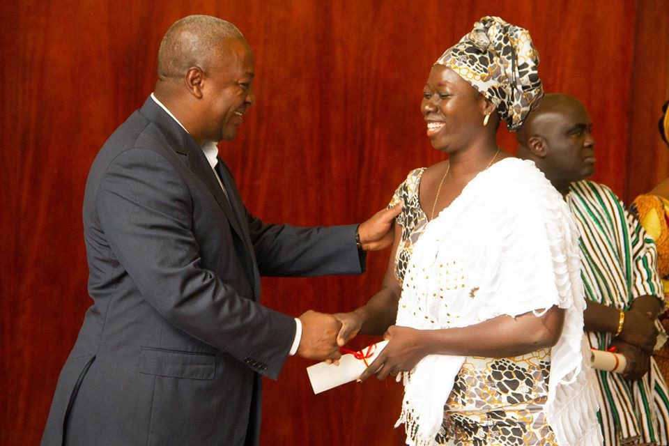 Ayisha receives her Youth Enterprise Support (YES) certificate from the President of Ghana